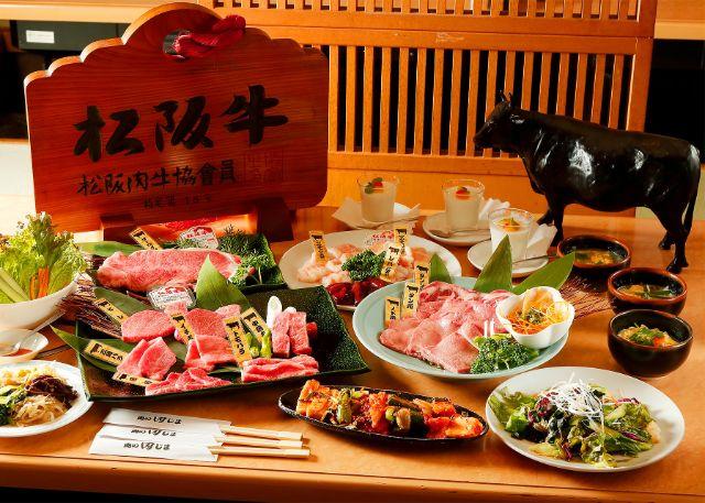 テーブルに並べられた肉の盛り合わせ